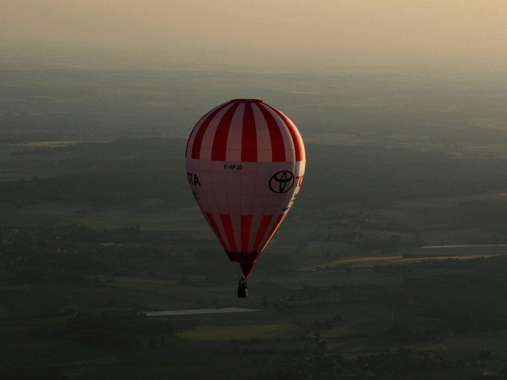 montgolfiere-en-vol-rouge