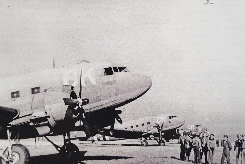 Le 75th squadron auquel appartient le DC3 durant la Seconde Guerre mondiale. Collection Yves Tarriel.