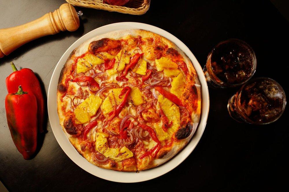 """BELL´ITALIA Alessandro Napoleone, tiene 25 años en el mundo de los restaurantes, desde Italia hasta Costa Rica innovando conceptos y forma de atender y servir la comida. En Costa Rica, fue Cofundador de la primera cadena Italiana de Pizzeria Pane E Vino además ha sido dueño de los Restaurantes Il Rosso , In Bocca, yactualmente Bell´Italia. #PIZZALAPLATINACR Pizza inspirada en honor a la famosa """"platina"""". Cuenta con chorizo italiano aderezado, cebolla morada caramelizada, trocitos de piña a la parrilla y adornada con chile morrón. Todo sobre una masa 80% harina fuerte y 20% soya para facilitar la digestión."""