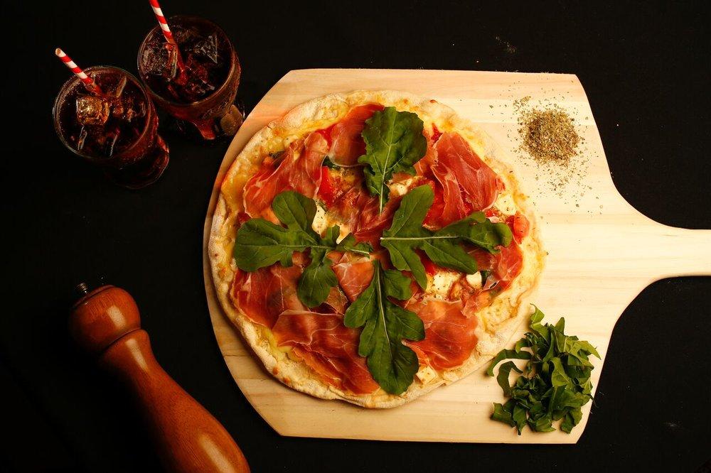 """IL PADRINO Luca Navarra es técnico en Servicios Hoteleros y chef de Rang graduado de la Escuela Hotelera """"Giuseppina Colombatto Di Torino"""" en Italia. Cuenta con 22 años de experiencia, de los cuales lleva 15 años como empresario y 13 años viviendo en Costa Rica. #PIZZA DON CORLEONE DON CORLEONE Limited Edition, es un pizza típica italiana de masa delgada, crujiente y jugosa, cocinada sobre la piedra AD en alta temperatura. Cuenta con una capa de salsa de tomate y encima está compuesta por queso mozzarella de pizza, mozzarella fresca y tomate cherry en cuadritos, albahaca, prosciutto crudo y arúgula ."""