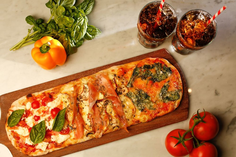 LA FABRICCA Propietario y Chef Matteo Piccirilli, es pizzaiolio de pasión con más de 15 años de experiencia. Es amante de las masas ,tanto pan como pizza. Se ha dedicado a rescatar el arte de la pizza desde sus raíces, ofreciendo la Pizza a la Pala, típica de su ciudad nativa Roma, lugar donde desarrolló sus estudios de gastronomía. #PIZZAALAPALA Receta típica de la ciudad de Roma hecha con masa madre que brinda un aroma y crujienteparticular además que acelera el proceso de digerir al ser una masa más liviana. Pizza a la pala, es una pizza rectangular con 3 sabores diferentes: Una porción está hecha con espinaca, queso ricotta y parmesano La parte central lleva queso mozzarella, queso provola ahumado, hongos y prosciutto Y la tercera parte, cuenta con queso mozzarella fresca de búfala, tomates cherries, albahaca y aceite de oliva.