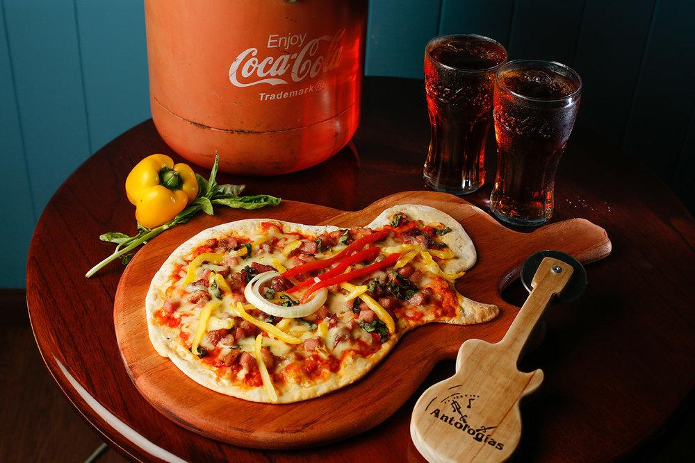 ANTOLOGIAS Chef Daniel Cabrera Marquez, cuenta con 12 años de experiencia, con conocimientos de cocina Ejecutiva y comida Internacional. Desde hace casi 2 años es el chef de Antologías y a partir de abrilse estará desempeñandocomo encargado del área de pizzas. #PIZZA JIMI HENDRIX Inspirada en el guitarrista Jimi Hendrix, con ingredientes típicos de la comida soul y la gastronomía afroamericana, esta pizza cuenta con una peculiar forma y está hecha de pasta artesanal a base de cerveza Stella Artois. Cuenta con una base de salsa de tomate con leche de coco, ron añejo y un toque de chile panameño con pequeñas porciones de cerdo, chile morrón amarillo y albahaca finamente picada para dar un último toque con el queso mozzarella. Todos estos ingredientes representan los colores verde, amarillo y rojo típicos de la cultura afroamericana.