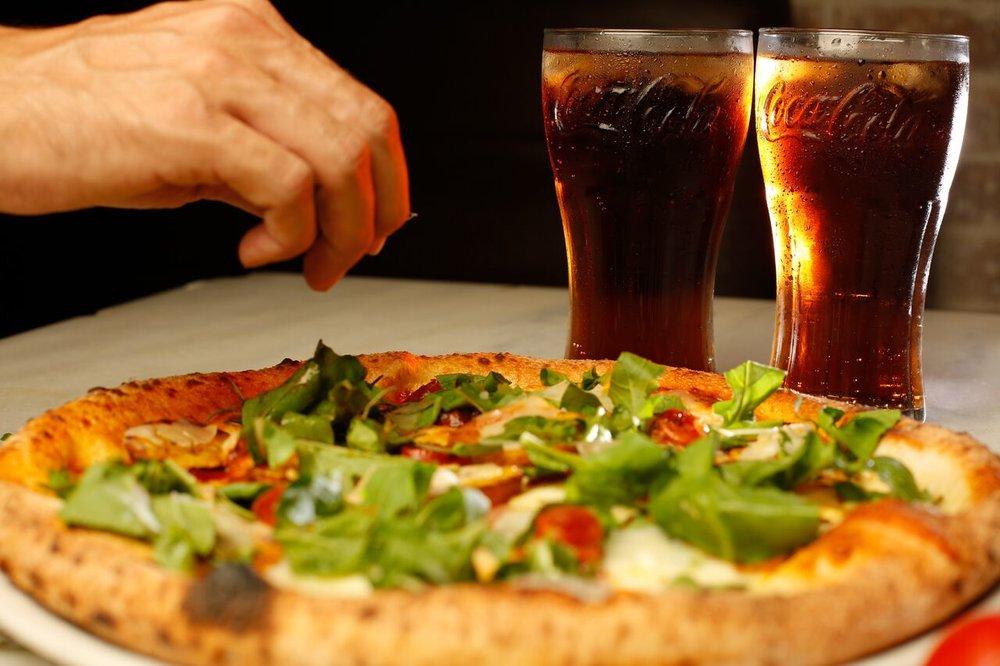 Filippo Wood Oven & Pizza Bar Chef Diego Quesada, su pasión por la cocina inició hace unos años inspirado en seguir los pasos de su familia que siempre ha estado involucrada en el mundo de la gastronomía. Ha obtenido experiencia muy valiosa colaborando en varios restaurantes en diferentes áreas que le han permitido aprender y llevar su conocimiento y creatividad a un nivel más alto. Desde hace 3 años lidera la cocina de Filippo Pizza, aportando ideas en la elaboración de nuestros deliciosos platos. #PIZZAARTESANALIBERICA Pizza compuesta de queso mozzarella, queso parmesano, pepperoncini, chistorra, papa, romero y tomillo y con la particularidad que no lleva salsa de tomate.
