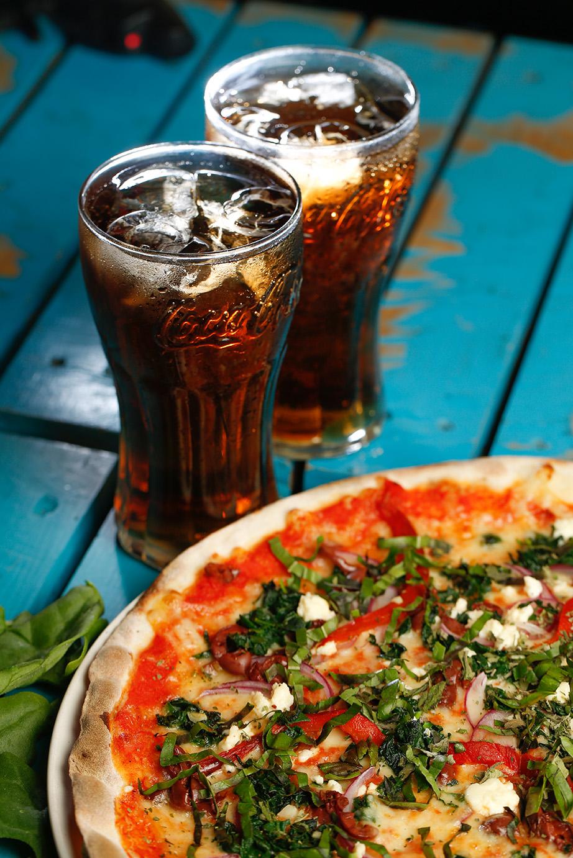 PIZZA PUB Henry Hane, socio y creador de esta pizza 100% vegetariana y orgánica, con el apoyo de Lesther Díaz, Byron Suárez y Luvianka. #PIZZAVEGGIELOVERS Pasta delgada y crujiente, hecha a mano en nuestro horno de leña, lleva una deliciosa salsa roja a base de tomates rostizados, mozzarella fresca, chiles asados, aceituna kalamata, espinaca salteada con ajo y queso feta con albahaca.
