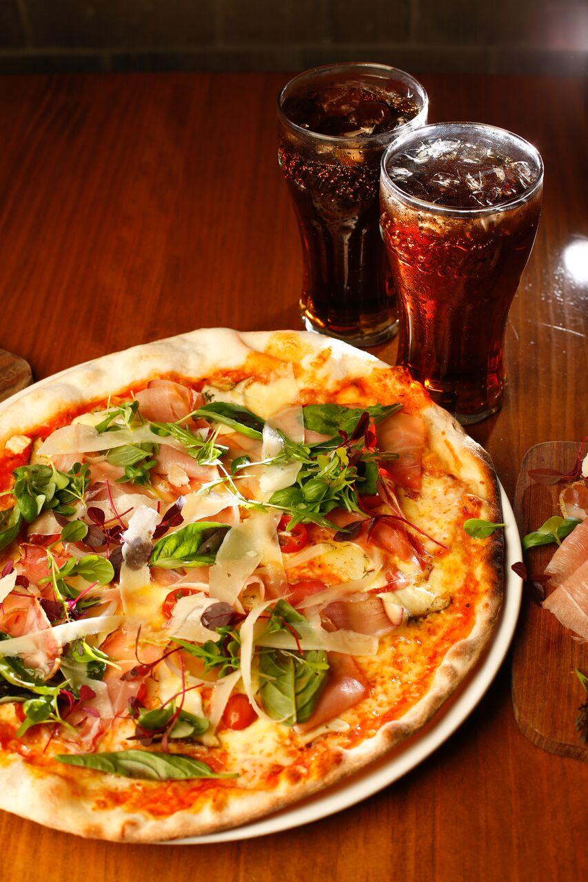 PIZZA REPUBLICA Chef Jaak Toomsalu, es amante de la cocina italiana y mediterránea. Estudió artes culinarias en Europa y Escandinavia y cuenta con 14 años de carrera profesional. Tiene una pasión por los mariscos, ingredientes locales frescos y técnicas culinarias tradicionales. #PROGRESSIVE PIZZA Esta pizza es una combinación de texturas y aromas hecha con diferentes técnicas como el ahumado, curado, encurtido, cocimiento lento y cocina instantánea. Está preparada con salsa pomodoro con un toque de picante, queso mozzarella y mozzarella de búfala así como con hongos ostras, prosciutto, tomate cherry, cebolla morada, Grana Padano y hierbas frescas.