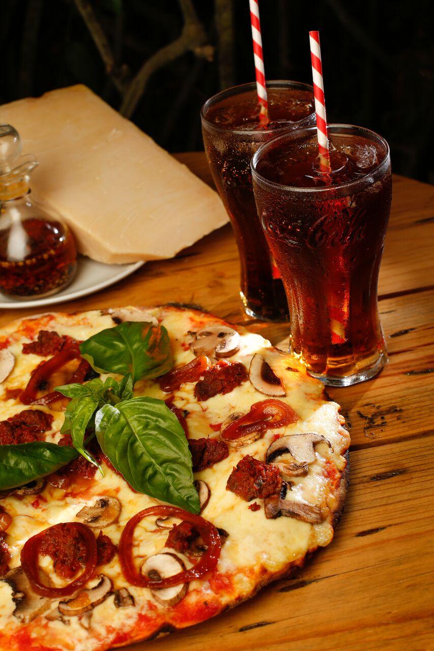 WOODS PIZZAS & BEER GARDEN Chef Jeyner Monge, realizó sus estudios culinarios en el exterior y acumuló gran experiencia en restaurantes internacionales por más de 30 años , especialmente encocina italiana y mediterránea. Junto a su equipo de trabajo crean recetas de la vieja escuela contemporánea, dando un gran valor agregado a Woods. #PIZZABUFALINA  La Pizza de Búfalo lleva en su creación masa delgada debidamente cocinada en horno de leña, salsa de tomate de la casa, queso mozzarella, hongos frescos, cebolla caramelizada y trocitos de carne de búfalo marinados con hierbas.