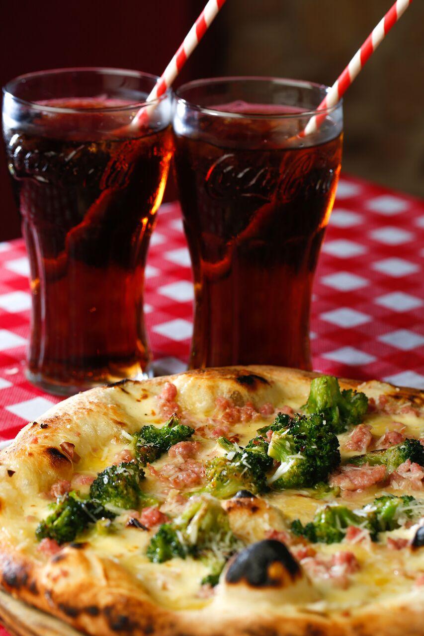 SAPORE TRATTORIA Chef David Eminente, lleva 11 años en Costa Rica en el mundo gastronómico, tanto como dueño de restaurantes como importador de alimentos Italianos. Fue dueño del restaurante y Cafetería Roma Caffe y sus restaurantes se han caracterizado por mantener una línea fiel a la tradición gastronómica Italiana, las recetas son siempre auténticas y la preparación es 100% artesanal. #PIZZASCAMORZA Pizza compuesta por 80 gramos de brócoli, 70 gramos de queso mozzarella y otros 70 gramos de queso scamorza. Además lleva 80 gramos de salchicha italiana, 20 gramos de queso parmesano y 20 gramos de queso pecorino