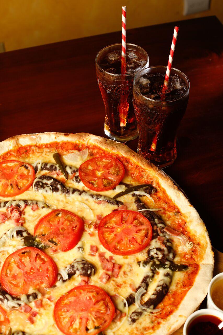 SOLE MIO PASEO METROPOLI Chef LeonardoHuertas, comenzó como chef hacediez años en un restaurante de comida mediterránea en Barrio Escalante donde estuvo bajo las ordenes de un chef turco-alemán. Después de trabajar en dicho restaurantelaboró en comida Japonesa para luego incorporarse a Sole Mio y empezar a trabajar con la cocina italiana. #PIZZAMIOSOLE Pasta de Pizzacon una cama de frijoles, chile picante, queso mozzarella. Además lleva salsa de pizza, tomate, carne molida, cebolla y tocineta.