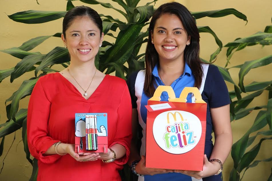 Wendy Madriz, Supervisora de Comunicaciones Corporativas de Arcos Dorados Costa Rica y maestra de Saint John High School, quienes participaron de la actividad de lanzamiento.