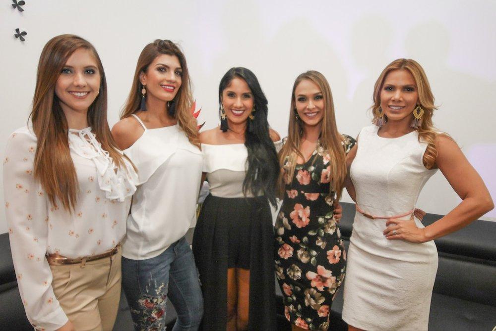 Las modelos Daniela Chavarría, Sharon Segura, Sophia Granados (propietaria del local), Mariana Valverde y Ana Lucía Vega