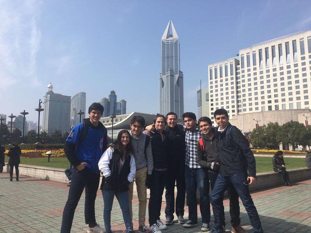 Estudiantes ticos con compañeros de China.jpeg