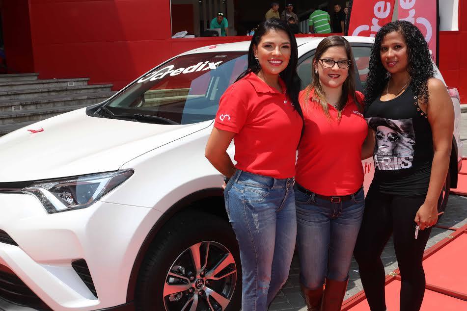 La presentadora Natalia Rodríguez y con la gerente de Mercadeo de Credix, Elena Pacheco