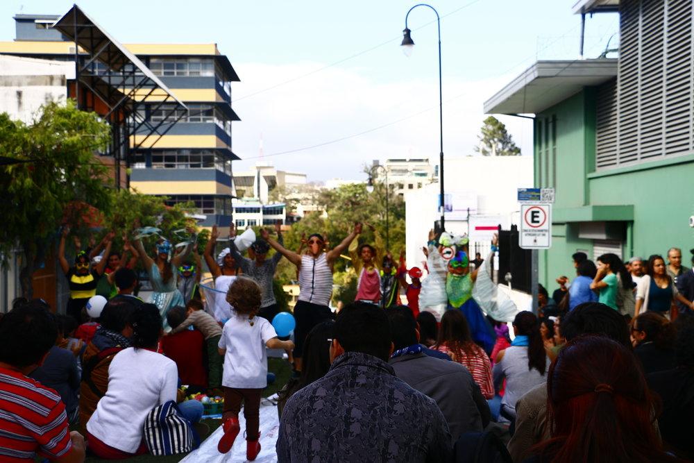 1-Foto_de_Alejandra_Ureña_para_Amón_Cultural-Familias_disfrutando_del_Pícnic_Urbano_organizado_por_la_Alianza_Francesa_sobre_Calle_5.JPG