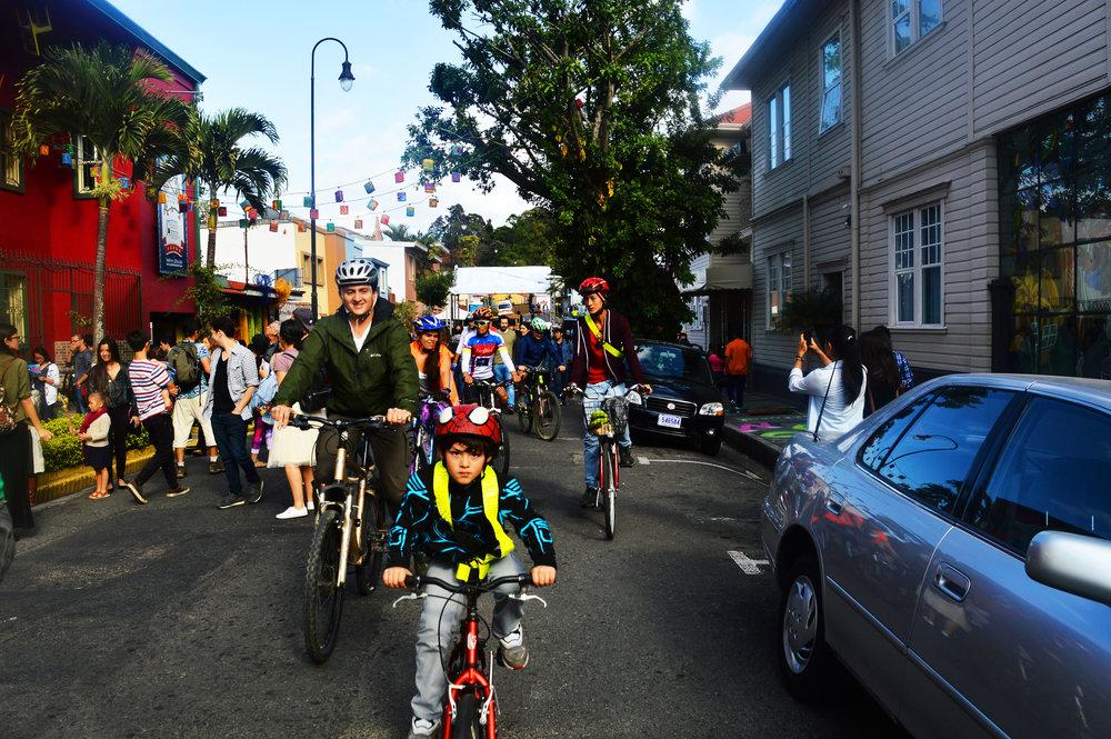 3-Foto_de_Alejandra_Ureña_para_Amón_Cultural-Familias_disfrutando_de_uno_de_los_tour_en_bicicleta_por_el_barrio.JPG