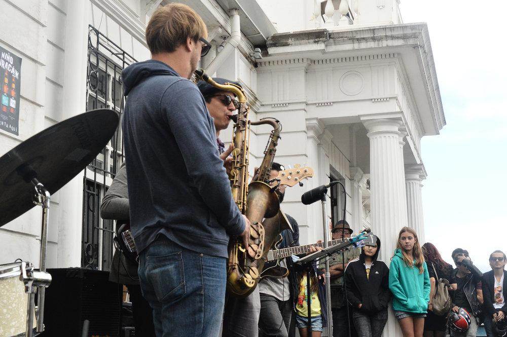 4-Foto_de_Alejandra_Ureña_para_Amón_Cultural-Los_músicos_tomaron_muchas_de_las_esquinas_del_barrio.JPG