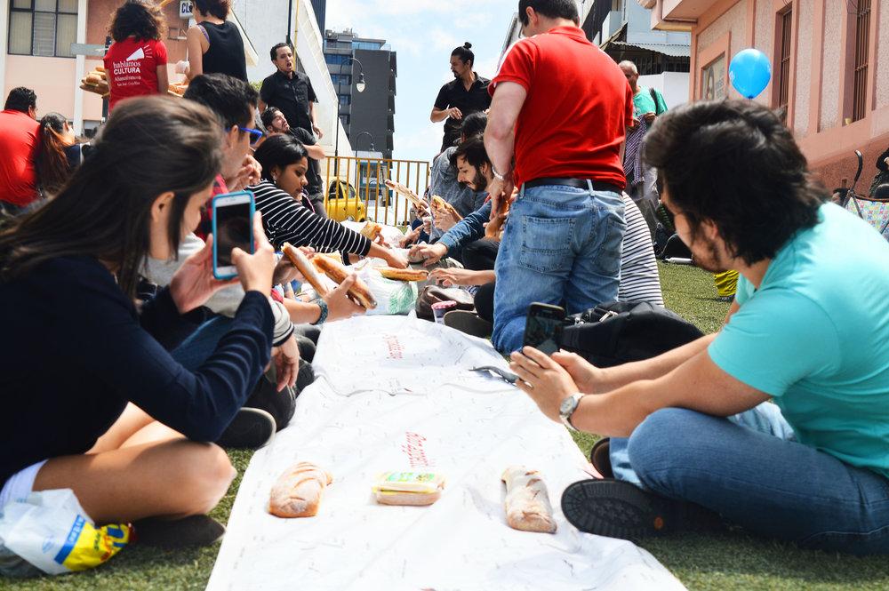 2-Foto_de_Alejandra_Ureña_para_Amón_Cultural-Familias_disfrutando_del_Pícnic_Urbano_organizado_por_la_Alianza_Francesa_sobre_Calle_5.JPG.JPG
