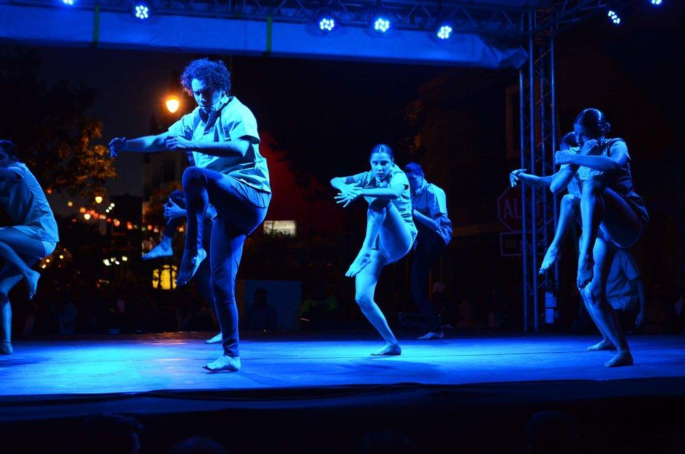 7-Foto_de_Oscar_Monge_para_Amón_Cultural-Sobre_una_tarima_en_la_vía_pública_jóvenes_estudiantes_del_TEC_deleitaron_a_los_asistentes_con_su_danza.jpg