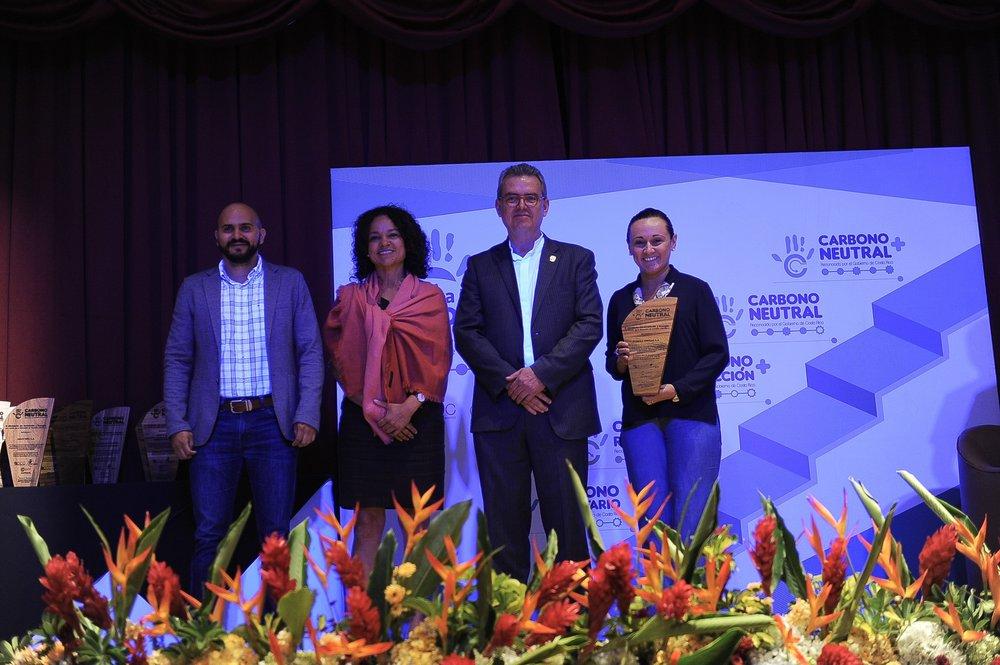Luis Guillermo Valerio, Jefe de Proyectos Ambientales de FIFCO; Andrea Meza, Directora de la Dirección de Cambio Climático del MINAE; Dr. Edgar Gutiérrez Ministro del MINAE ; Sofía Ruiz, Jefe de Gestión Ambiental de FIFCO.