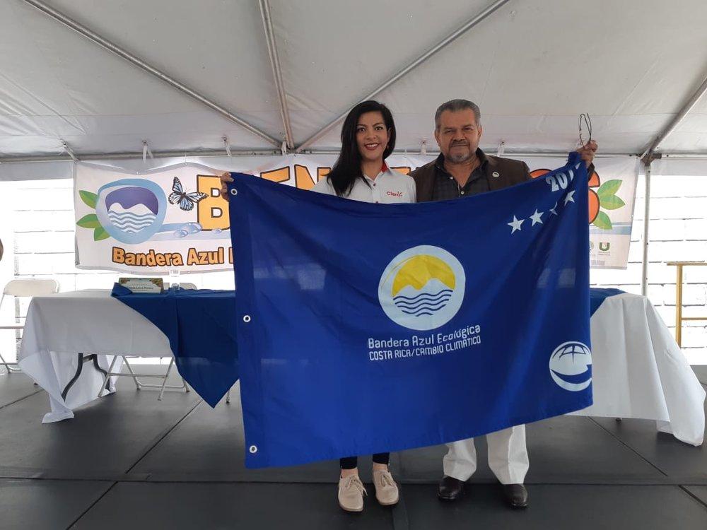 María José Marín, gestora ambiental de Claro Costa Rica, y Darner Mora, creador de Bandera Azul Ecológica.jpeg