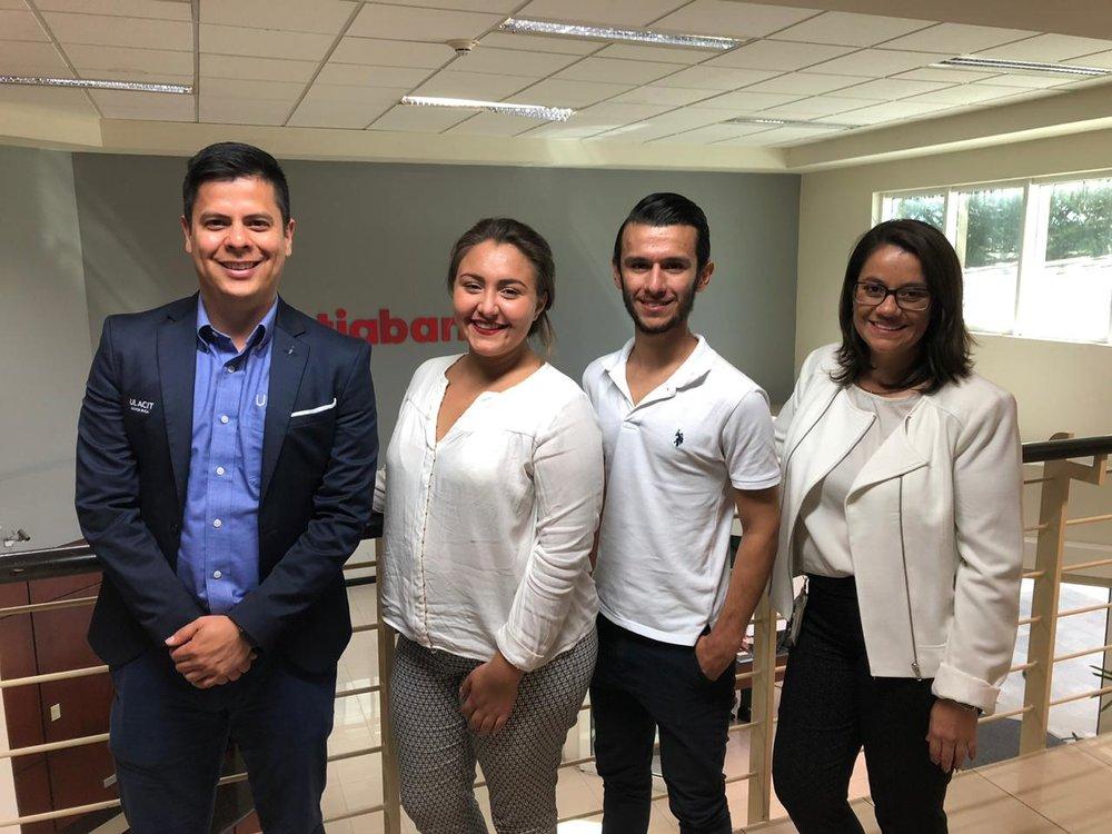 Simon Argüello, Vice rector de Relaciones Externas de ULACIT, la estudiante Valeria Picado, el estudiante Steven Artavia y Rocío Zamora, Gerente de Relaciones Públicas y RSE de Scotiabank.