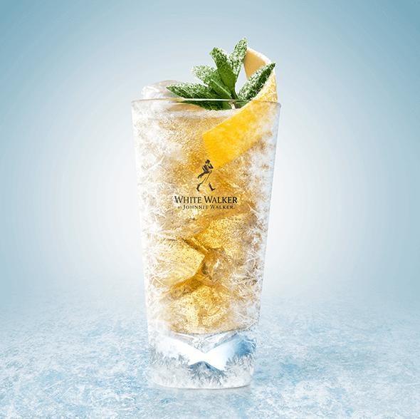 White Walker Highball   ∙ Congele el vaso en el congelador  ∙ Agregue suficiente hielo al vaso tipo highball  ∙ Añada 50 ml de White Walker de Johnnie Walker  ∙ Añada 150 ml de soda  ∙ Decore con menta fresca y un toque de limón