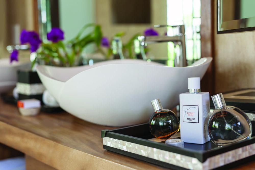 Jumeirah Vittaveli - Royal Residence - Sanctuary Bathroom Detail2.jpg