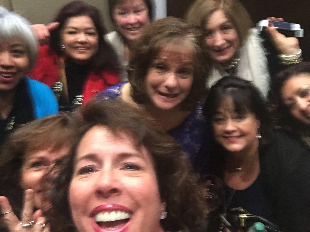 Booth y las otras 11 mujeres atrapados en el ascensor.