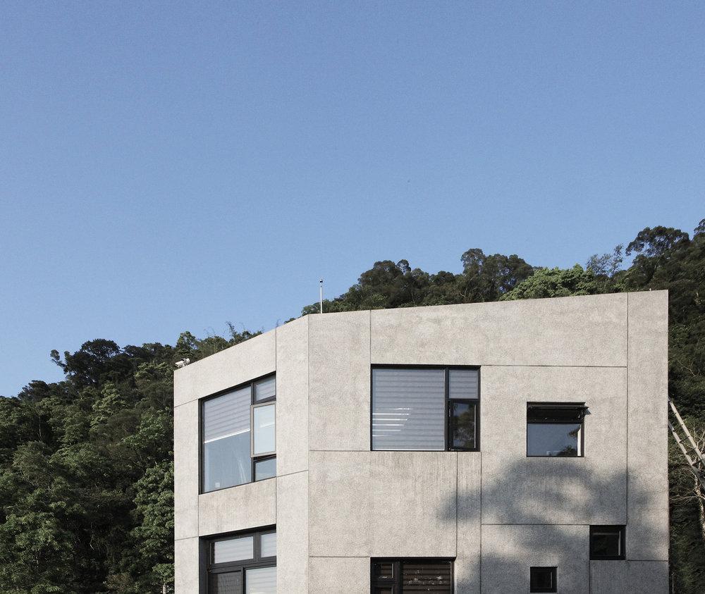 建築宛若一顆原生的石頭般靜靜地坐落在山裡, 隨著時間與自然慢慢的雕塑出生活的面貌. 讓生活與心靈也跟隨著自然回歸到最原始的單純與純粹.  House locate in the mountain area quietly like a nature stone, and provide resident living aspect as time goes on.