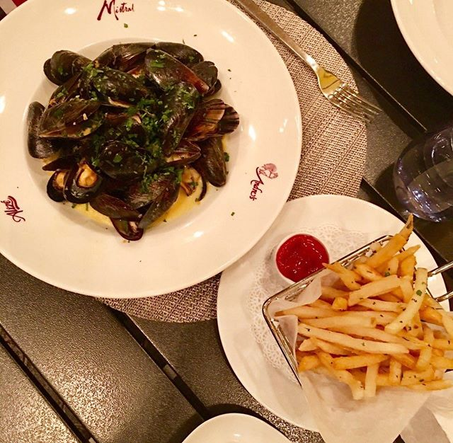 How do we muscle through the week? With mussels and French fries! #vegaseats #lasvegasfoodie #Friday #foodbeast #foodies