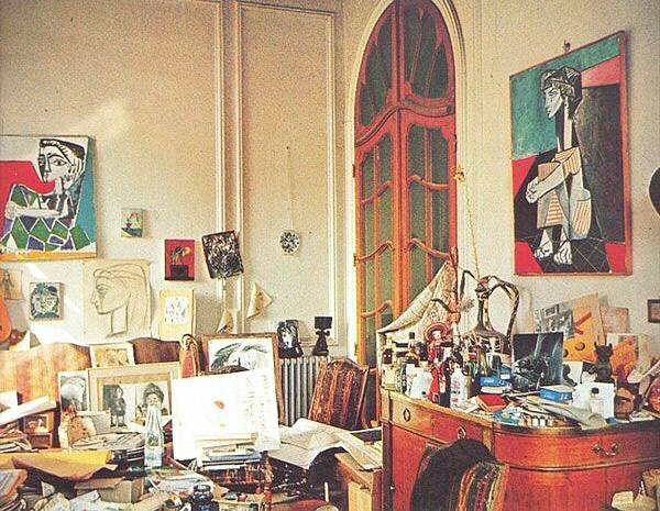 Picasso's Studio in Paris 〰️ I'm trying to declutter my workspace but this has me feeling okay about it 😗 . . . 📸via pinterest #studioinspiration#artstudio#picasso