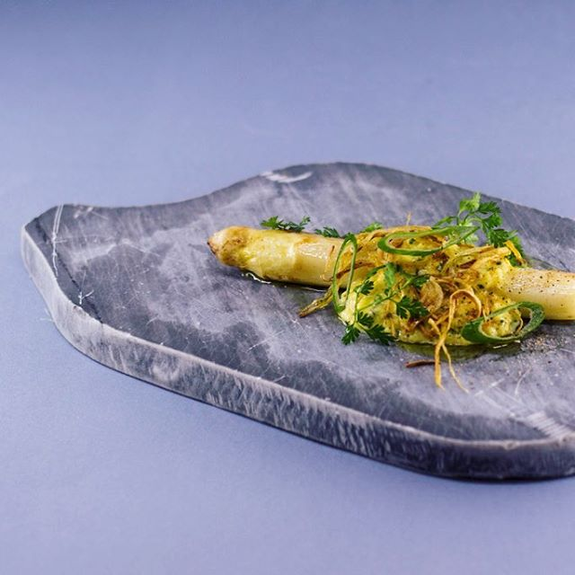 🎩 WHITE ASPARAGUS 🎩+ #grey #marble, egg and fried onion At @belafonte.paris dinner  THANKS to chef @cuisiniernao with objects from @_garcia_mateo @alexandre_poisson_belafonte @catalina_laine  #craft #handcraft  #night #paris #paris12 #ruedeciteaux #belafonte #food #atmosphere #designforfood - Pict @ma.jmln