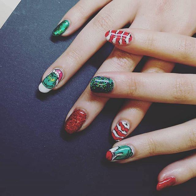 ❤️💚 #grinch #nailart #nailfie #naturalnails #gelmanicure #grinchnails #glitter #glitternails ##nailsoftheday #nailsedinburgh #nailartist #nailswag #nailsofinsta #ladybosslife #womensupportwomen #shopsmall