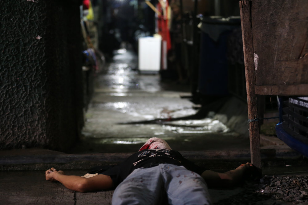 Nunoy Coloma lies dead at C.P. Garcia Street, Tondo, Manila after being shot by still-unidentified persons on September 25, 2016. Coloma was an alleged drug user.