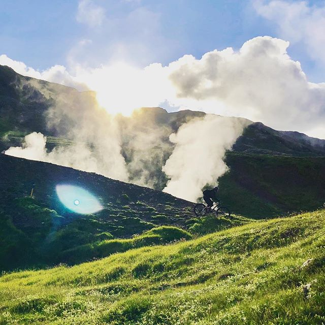Contrasting all the things in the wee hours of a summernight in Iceland. #mtb #madeinmts #iceland #mtblife #mtbphoto #mountainbiking #hotsprings #nightsun #mtbtour