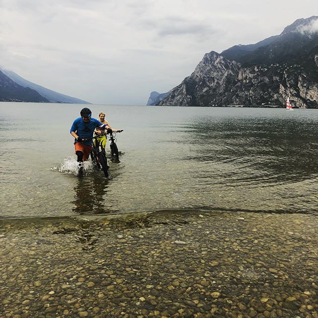 Made in Mountains does Lago De Garda 🏊🏻‍♂️🚵🏻‍♀️😜 #madeinmts #mtb #mtbswimming #transalpfinished #mtblife #bellhelmets #mountainbike #ethirteen #intensecycles #transalp #mtbaustria #alps #goalps
