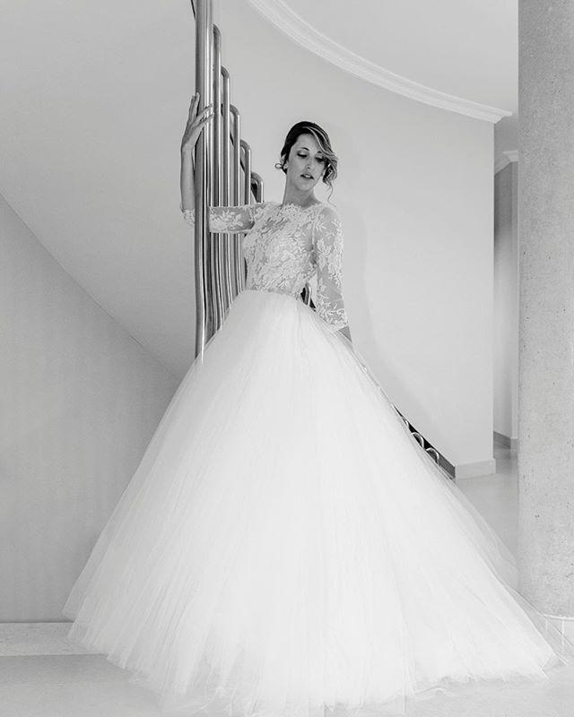 Boda en Madrid. Retrato en casa de la novia con vestido de Rosa Clará. #bodas2018 #bodasmadrid #rosaclara#vestidosdenovia