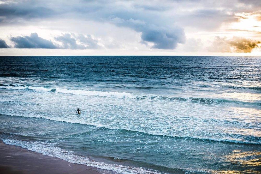 Surf's up. 🌊   .  .  .  #surf #surfordie #hermosabeach #cali❤️ #californiadreamin #sunset #☀️ #🏄🏽 #waves🌊 #oceanlover  (at Hermosa Beach Pier)