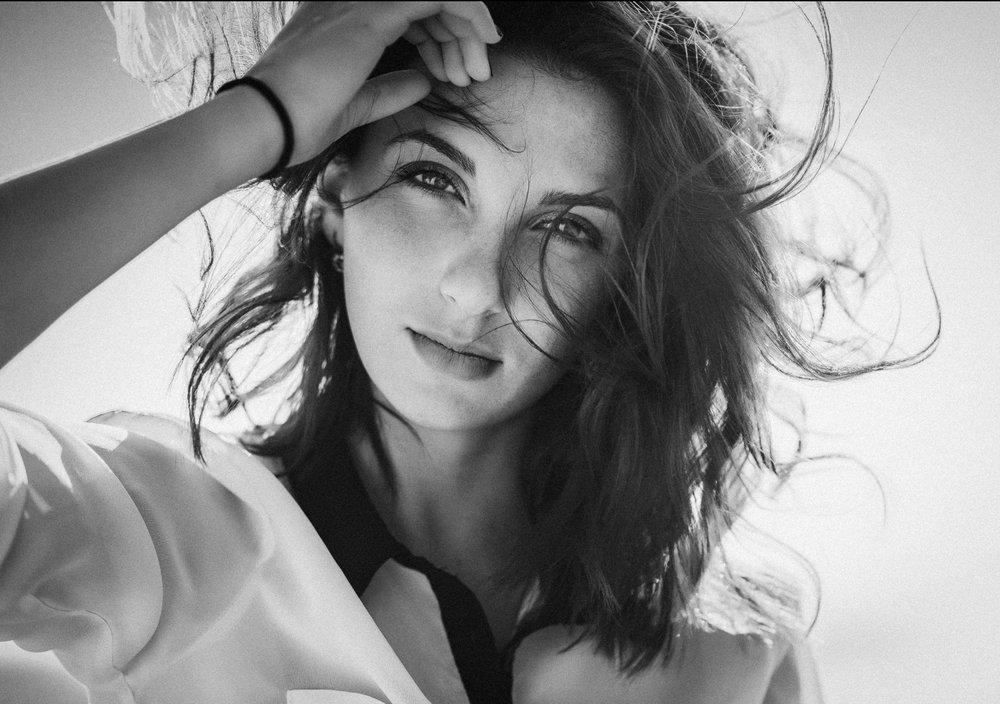 PORTRAIT EN NOIR ET BLANC - Cette photo d'un portrait en noir et blanc prise un jour de grand vent est désignée comme favorite du jury pour le concours
