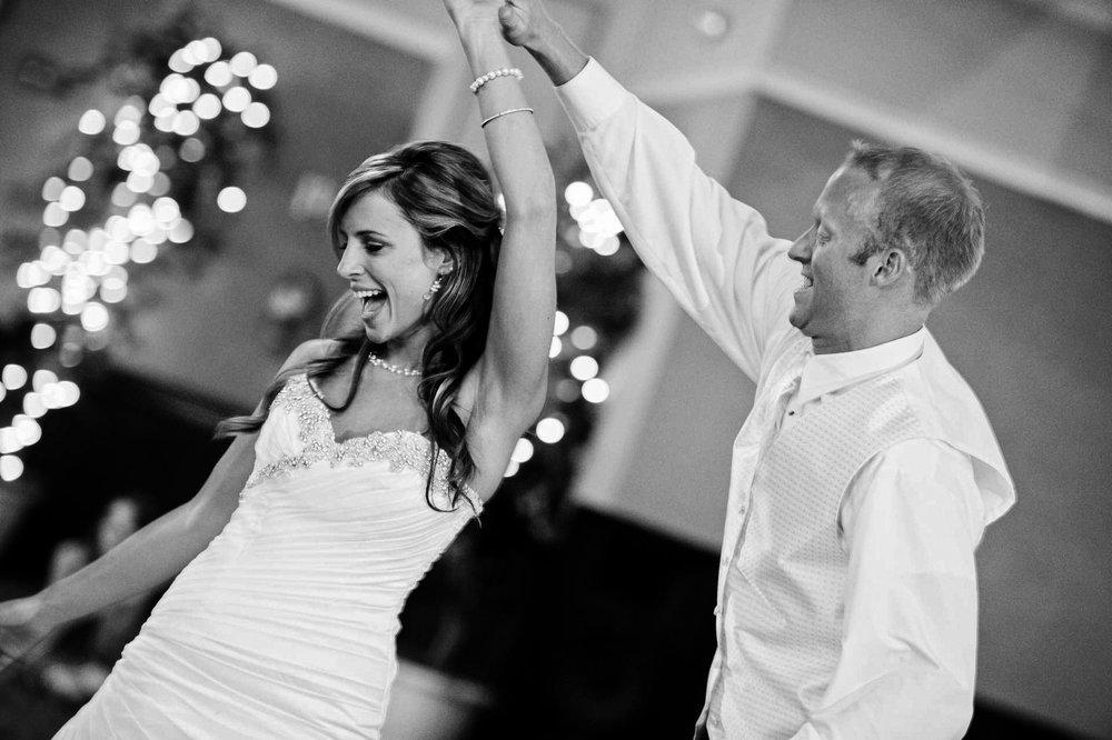 La réception - Moments de joies, de fêtes, qui viennent clôturer votre mariage. Du diné à la danse, c'est à la fois la convivialité et la complicité que je retranscris en photo.