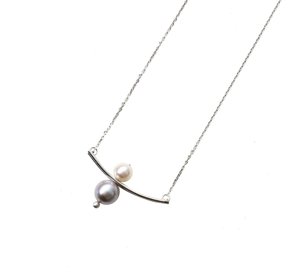 Round Wire Moving Pearl Pendant with White Pearl