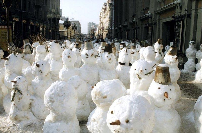 Nikolaï Polissky déploie une armée de Bonhommes de neige au parc Gorky, à Moscou. Plus d'informations sur www.polissky.ru