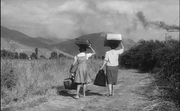 Cesira e la sua giovane figlia Rosetta si lasciano Roma alle spalle.