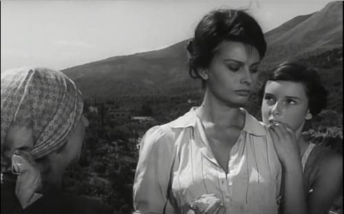 Cesira minaccia con un    sasso    i soldati che flirtano con Rosetta.
