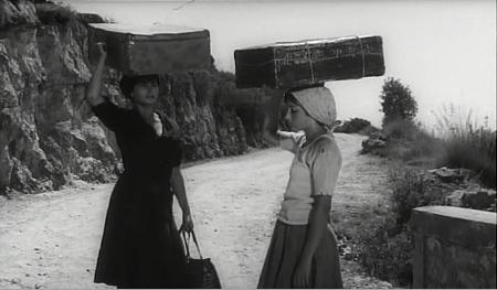 Rosetta ha imparato a tenere in equilibrio le cose sulla testa durante il periodo passato in campagna.
