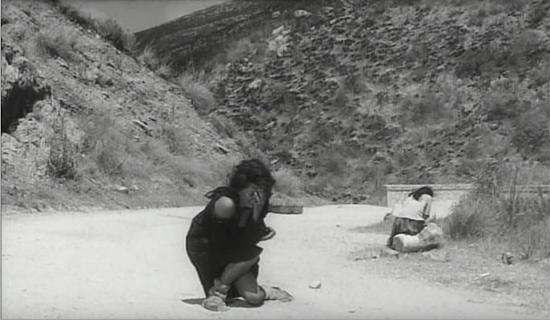 In una inquadratura iconica, madre e figlia soffrono tra le montagne.