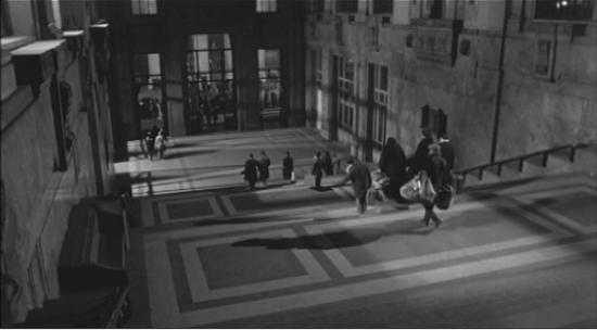 I Parondi, portando tutti  i  loro  averi , scendono dall'ampia scala  piastrellata  e poi fuori dalla stazione.