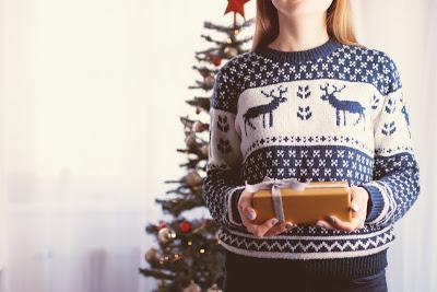 Christmas Gift by JESHOOTScom @ pixabay