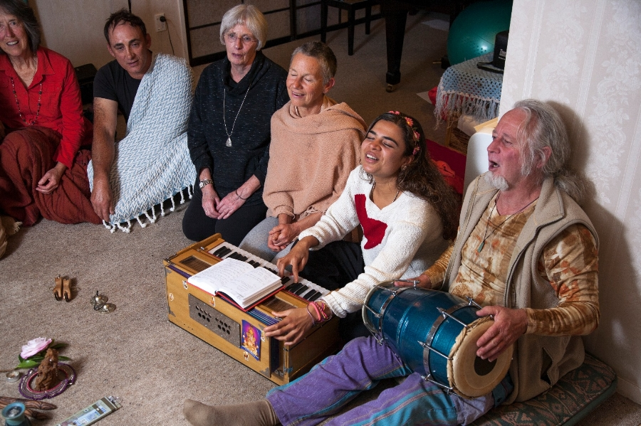 Atmavidya in kirtan bliss with Mayouri.jpg