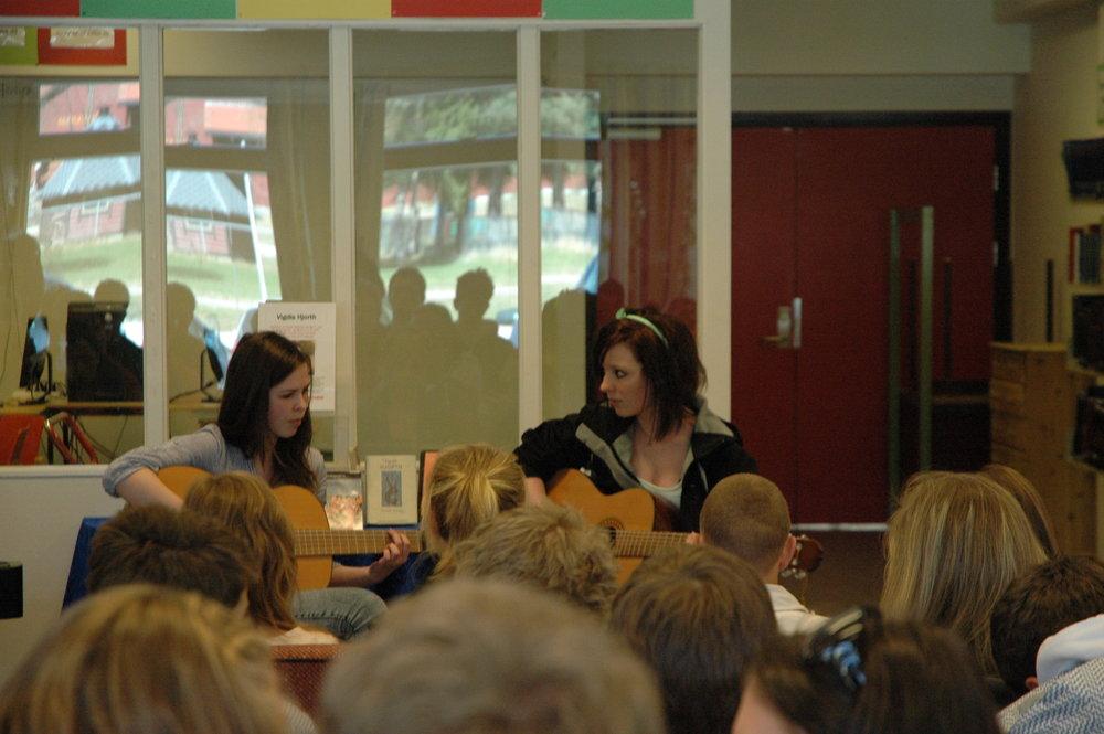 To elever synger og spiller gitar på forfattertreff med Vigdis Hjorth 7/5-2010.