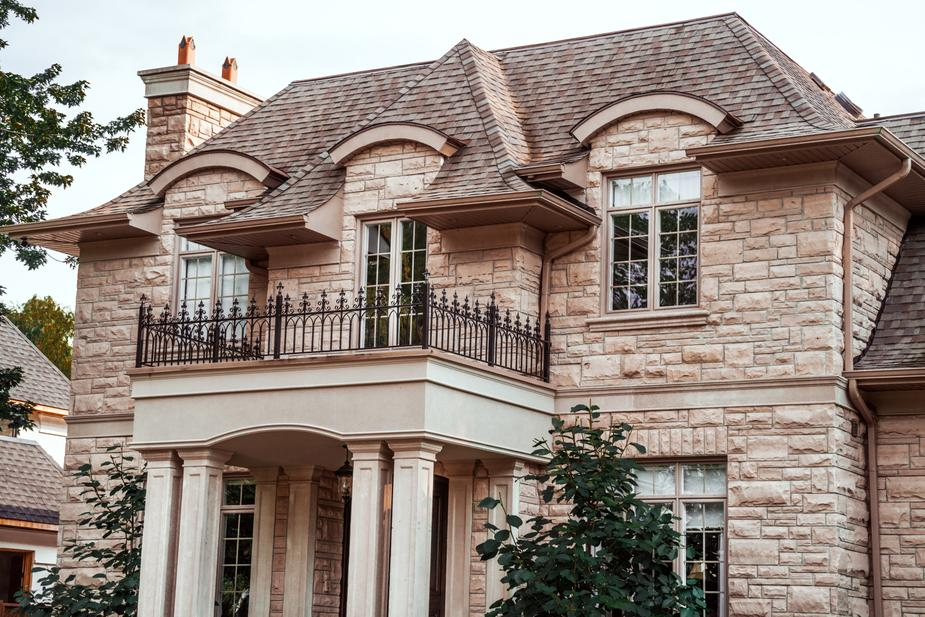 MEDIUM-SCALE RENOVATIONS - Whether it's time for a new roof or a new garage door, your Zebrano Concierge will project manage the process from end-to-end, solving issues on-site and ensuring trades are kept on schedule.